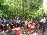 Bà con nông dân tham gia Bàn Thông Tin Di Động
