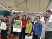 Đại diễn Tổng Lãnh sự quán Hoa Kỳ tại Tp. Hồ Chí Minh thăm gian hàng và tặng quà cho bà con nông dân